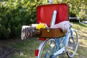 Rower i otworzyć walizkę — Zdjęcie stockowe