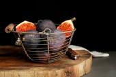 Ripe sweet figs in metal basket — Stock fotografie
