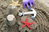 Çiçek şekilli ve kale şeklindeki kum — Stok fotoğraf