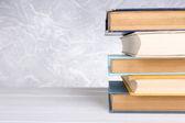 Libros de mesa de madera — Foto de Stock
