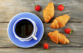 Tea and fresh croissants — Stock Photo