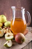 Apple cider and fresh apples — Stock Photo