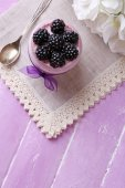 Yogurt with  blackberries and muesli — Stock Photo