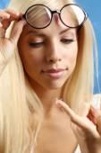 Concept de médecine et de la vision - jeune femme avec des lentilles de contact, gros plan — Photo