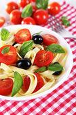 Espaguete com tomates e azeitonas — Fotografia Stock