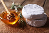 Miel et fromage Camembert — Photo
