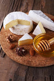 Camembert cheese, nuts, honey and bread — Stockfoto