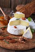 Pain, noix, miel et fromage Camembert — Photo
