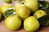 Ripe green apples on wooden background — Stock Photo