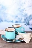 Koppar välsmakande varm choklad, på träbord, på ljus bakgrund — Stockfoto