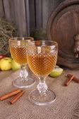 Stilleven met lekkere appel cider in vat en verse appelen — Stockfoto