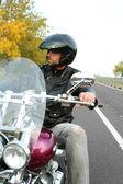 Hombre biker en casco negro se sienta en la bici — Foto de Stock