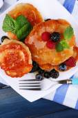 Tasty pancake with fresh berries — Stock Photo