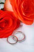 Wedding rings on wedding bouquet, close-up, on light background — Stock Photo