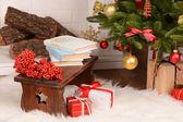 Kerstmis samenstelling in de buurt van open haard in de kamer — Stockfoto