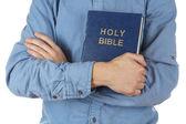 Uomo che tiene Bibbia primi piani — Foto Stock