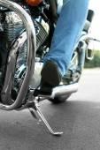 Мотоциклисты загружают на открытой дороге, крупном плане — Стоковое фото