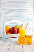 Orange and apple juice and fresh fruits — Stock Photo