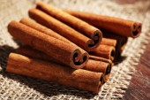 Cinnamon sticks on sackcloth — Zdjęcie stockowe
