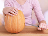 Hollowing out pumpkin for lantern — Stock Photo
