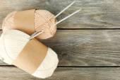 针织纱木制背景上 — 图库照片