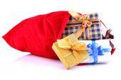 Rote Tasche mit Weihnachten Spielzeug und Geschenke isoliert auf weiss — Stockfoto