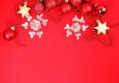 背景が赤のクリスマスの装飾 — ストック写真