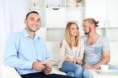 Mladý pár šťastný po sezení s rodinný psycholog — Stock fotografie