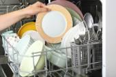 Offenen Geschirrspüler mit sauberem Geschirr — Stockfoto