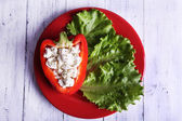 Stuffed pepper and lettuce on plate — Stockfoto