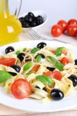 Spaghetti with tomatoes, olives, olive oil and basil leaves — Stock Photo