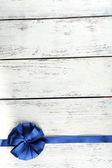 старый деревянный фон с красивым бантом — Стоковое фото