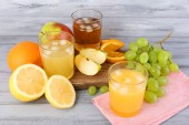Glasses of juice with fresh fruits — Stock Photo