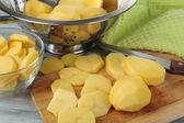 Patatas crudas peladas y en rodajas — Foto de Stock