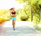молодая женщина, бег в парке — Стоковое фото