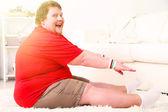 Grote fitness man thuis uit te werken — Stockfoto