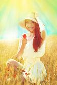 Portret van mooie jonge vrouw met papavers op het gebied — Stockfoto
