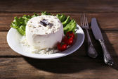 Cottage cheese with lettuce and tomatoes — Stock Photo