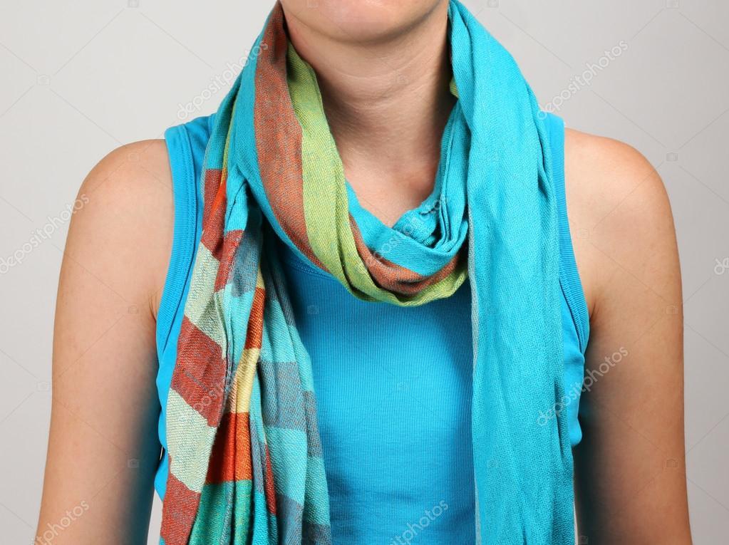 女人戴着围巾关闭 - 图库图片