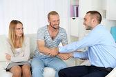 Junges paar mit problem an der rezeption für familie psychologe — Stockfoto