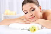 Beautiful young woman having relax in spa salon — Stockfoto