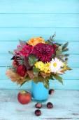 цветочный букет в синей вазе — Стоковое фото