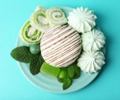Mint color meringues, mint candies and cake — Stockfoto