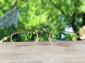 视觉概念。在绿色背景上的眼镜 — 图库照片