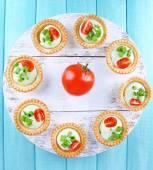 Tartlets with greens and vegetables — ストック写真