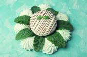 Mint color meringues and tasty cake — Stock Photo