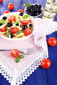 Spaghetti with tomatoes, olives and basil leaves — Stock Photo
