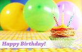 Lezzetli doğum günü kek parlak zemin üzerine masada — Stok fotoğraf