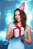 Retrato de uma jovem bonita em fundo azul brilhante — Fotografia Stock