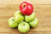 Suculentas maçãs na mesa de madeira — Fotografia Stock